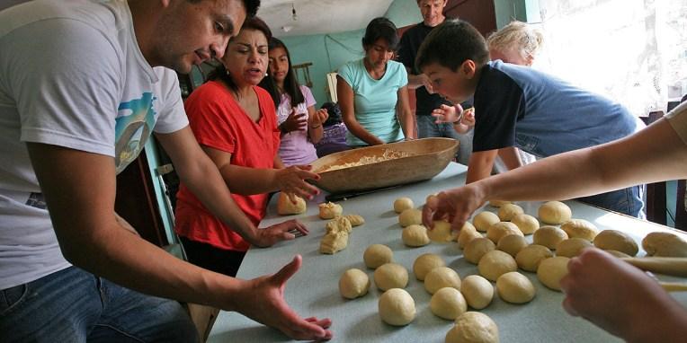 QUITO / Préparation de wawas de pan