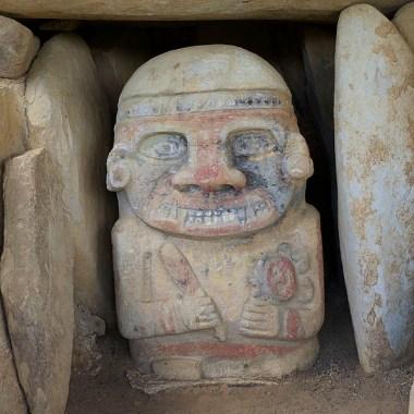SAN AGUSTIN / Parc archéologique : l'une des rares statues à avoir conservé ses teintes d'origine