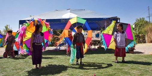 ATITLÁN / Spectacle donné par les enfants d'une école à proximité du bivouac