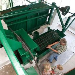 FINCA SANTA ELENA / Le café de A à Z : moulin humide qui sépare la pulpe des deux graines