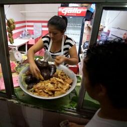 SAN RAFAEL / Vendeuse de chicharones (mélange de sous produits du porc)
