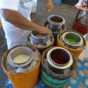 ZAACHILA / Marché - Les glaces artisanales sont préparées le matin puis congelées à la main en faisant tourner le recipent plongé dans un bac de glace