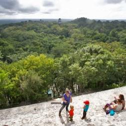 TIKAL / Depuis le complexe H, la vue est époustouflante ! Dans le tapis vert de la forêt tropicale surgissent les crêtes faîtières d'autres temples