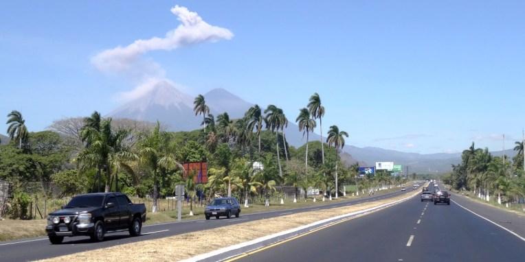Sur la route vers Guatemala City, le volcan Agua (?) est rentré en éruption devant nous !