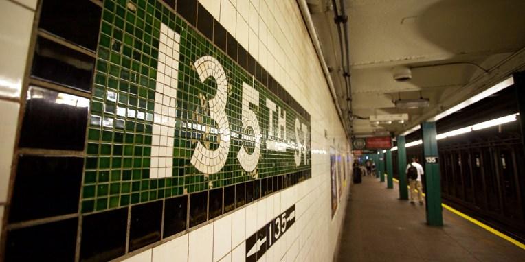 NYC / Saviez-vous qu'en 1865 un homme, Alfred Beach, propose une solution révolutionnaire : Le métro à vent. Son idée est de construire une ligne de métro d'un nouveau genre qui utilisera de l'air comme seul moyen de propulsion. Une gigantesque soufflerie de 45 tonnes qui pousserait les wagons chargés de voyageurs vers leur destination. Construite en 1869, la station luxueusement décorée tombera dans l'oubli après seulement 3 ans d'exploitation.