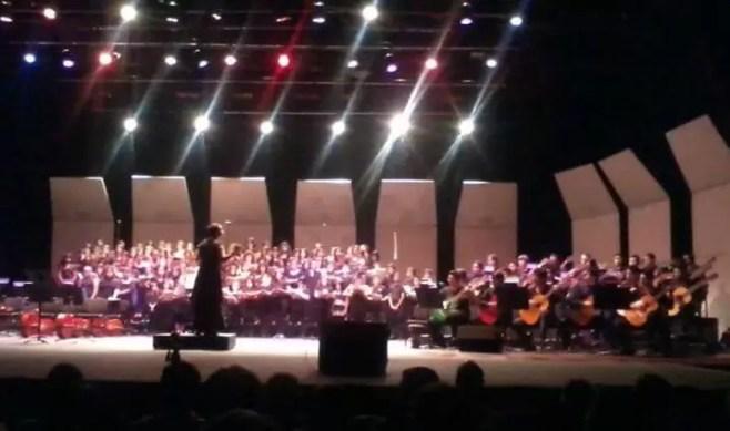 2012'VIII. El Salvador. Concierto en el Teatro Presidente - Parte del coro, y Orquesta Nacional de Guitarras