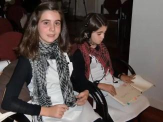 Ana y Mercedes, se preparan para su primera actuación de música contemporánea.