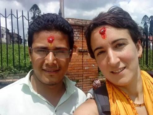 2013'VIII'20. Con el ayudante de Sunita, visitando templos nepalíes