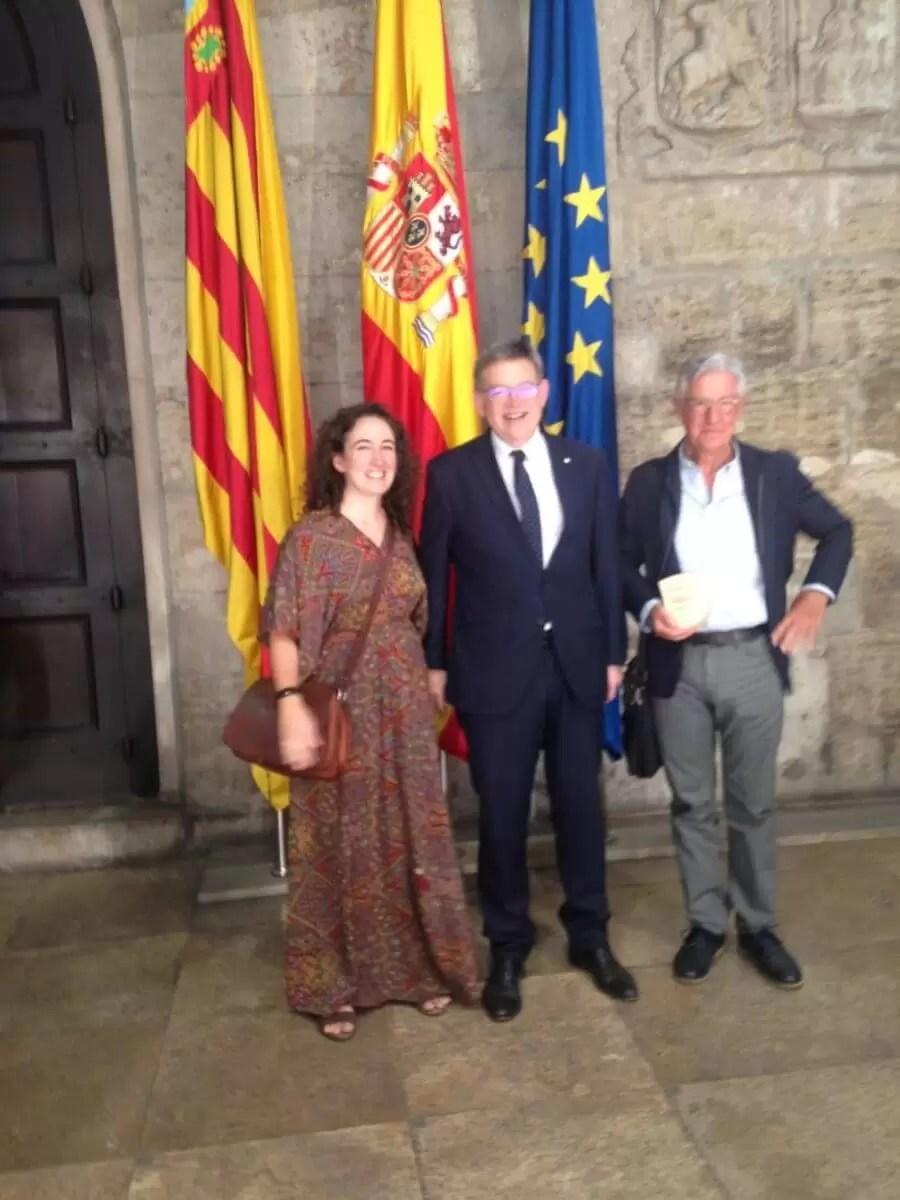 2017'VII'1. Cortes Valencianas. Ximo Puig (presidente de la Comunidad Valenciana) entrega el premio a Pepe Gimeno y Sonia Megías.