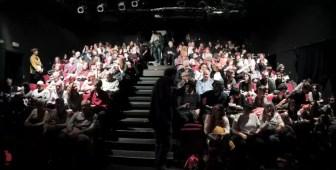 2017'XII'15. Coro Entredós en el Teatro del Barrio - público llegando (foto: Ela R que R)