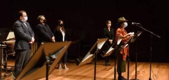Entregando el premio a Llum Martín - Foto: Luis Camcho / Archivo Fundación SGAE