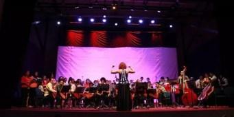 Universidad de El Salvador, 2015. Dirigiendo el concierto.