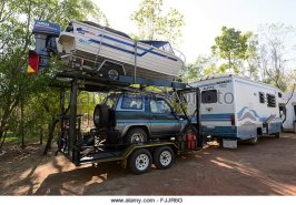 motorhome-towing-a-boat-and-secondary-car-northern-territory-australia-fjjr6g