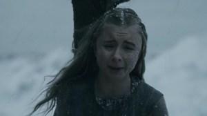 ...Shireen muere sufriendo entre las llamas, con el dolor añadido de la traición de sus propios padres.