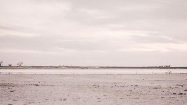 Banja Rusanda vetrom isušena obala jezera