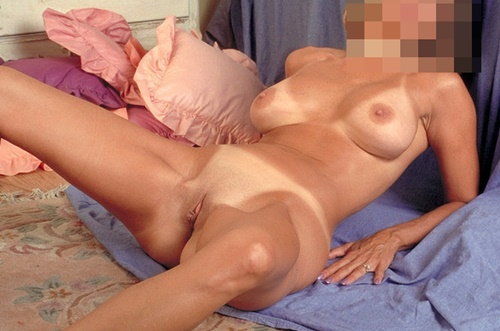 Bella är naken och kåt