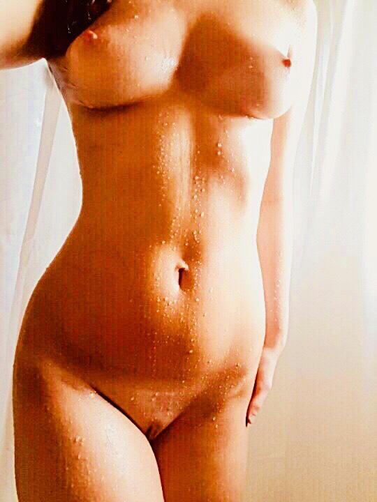Lina är naken och våt