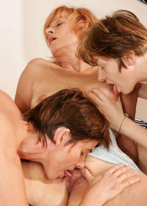 Lesbisk trekant med äldre kvinnor