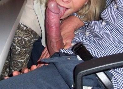 Hon slickar på en hård kuk