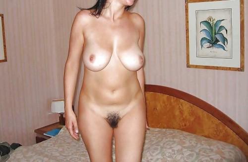Här står Amelia naken och fin