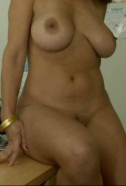 Amelia sitter naken på kvällen
