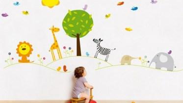 Vẽ tranh tường trường cho bé