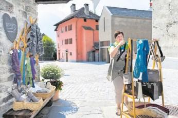 Marianne Torroni espone i manufatti della casa della lana.