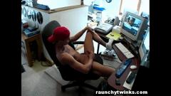 Novinho assistindo filme pornô