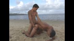 Garoto dotado comendo gay na praia