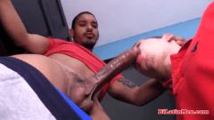 Garoto bissexual enrabando o gay guloso