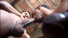 Sexo na favela entre morenos roludos
