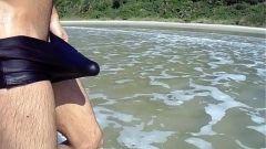 Novinho batendo punheta na praia