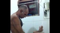 Filhinho aceitou dar uma rapinha com o papai no banho ( 1:32 MINUTOS )