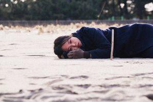 "'On The Beach At Night Alone' - Nỗi buồn của ""kẻ thứ ba"""