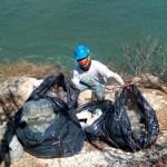 Él saca la basura que otros arrojan a los acantilados del Faro de Mazatlán