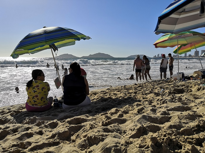 Nueva normalidad en playas de Mazatlán