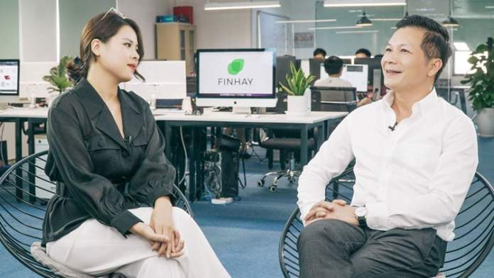 Finhay cũng xuất hiện trong một clip trò chuyện cùng Shark Hưng