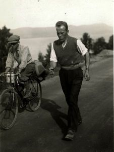 Johan Støa walking the tour de force distance Trondheim - Oslo at the record time of 4 days, 21 hours and 3 minutes in 1933. Photograph by Eirik Sundvor (1902 - 1992). Courtesy Wikimedia, Creative Commons 2.0.