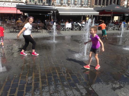 Mes nièces se rafraîchissant dans les fontaines de la Grand-Place (crédit photo : Sophie L.)
