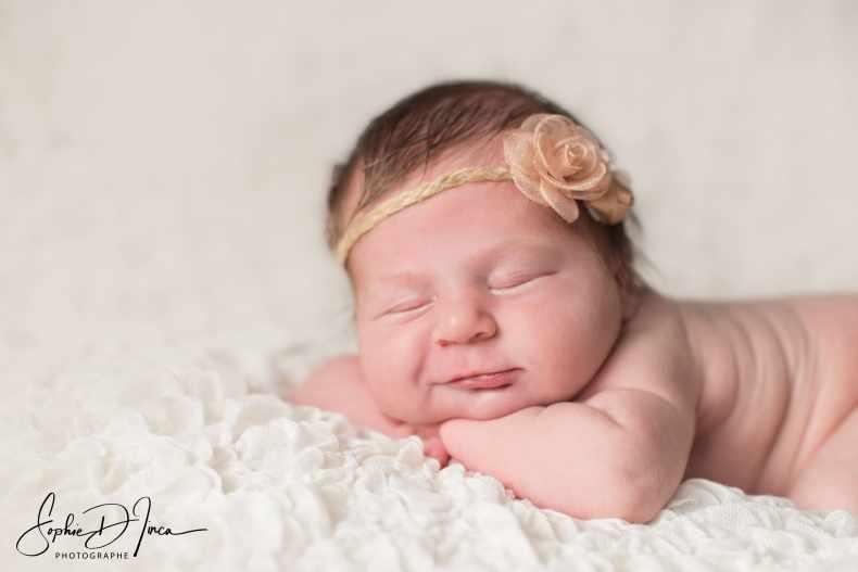 sourire bébé pendant séance photo naissance studio sophie d'inca photographe Malestroit
