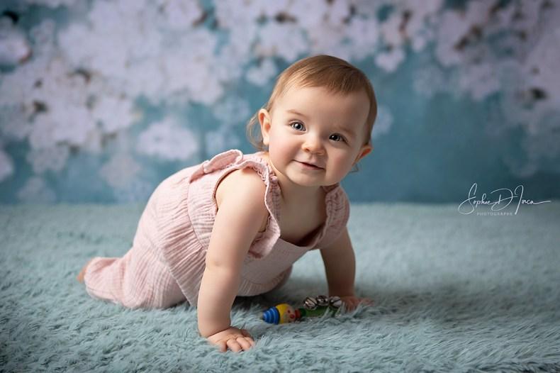 photo - studio - bébé - fleurs - fond vert et blanc - fille - Sophie d'inca, photographe Morbihan