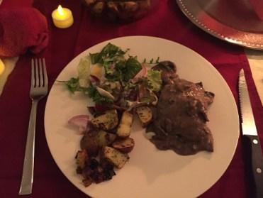 Hertenbiefstuk in paddenstoelenrodewijnsaus, roseval aardappeltjes en salade