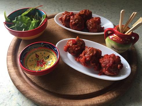 Spaanse gehaktballetjes in pittige tomaten-paprikasaus