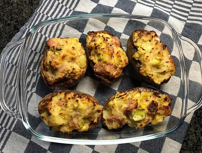 Gepofte aardappels met bacon en crème fraîche