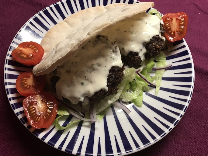 Shoarmaburger met pitabrood en knoflooksaus