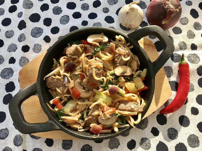 Noedels met biefstuk, kastanje champignons en paksoi