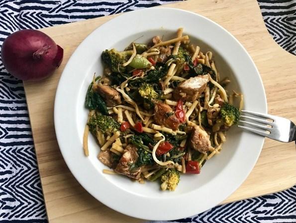 kabeljauw met noedels, spinazie, broccoli en sugar snaps