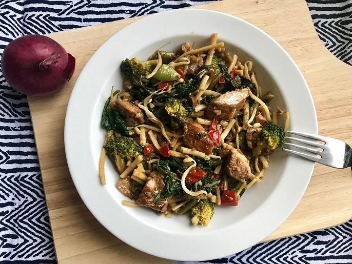 Kabeljauw met noedels, spinazie en broccoli