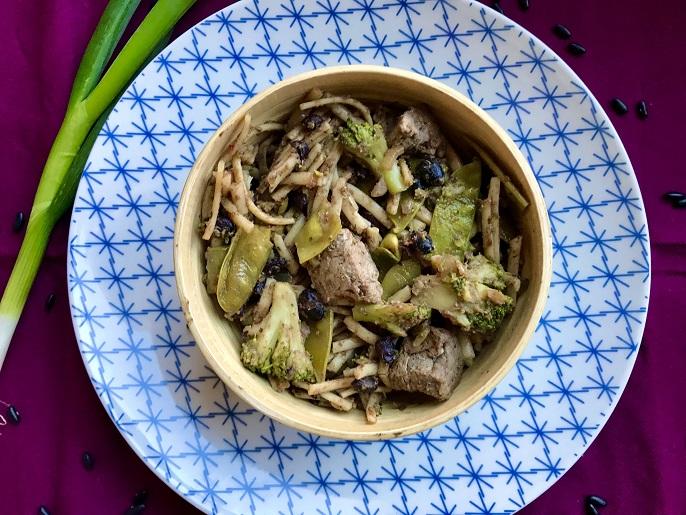 Noedels in zwarte bonensaus met biefstuk en broccoli