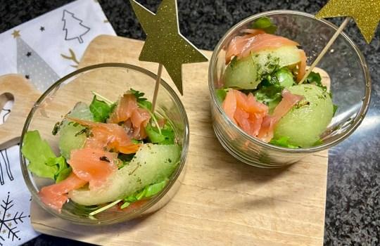 Gerookte zalm met meloen en rucola in een glaasje